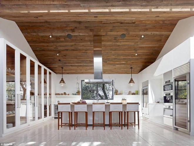 Không gian nhà bếp rộng rãi với trang thiết bị nấu nướng hiện đại, cao cấp được tích hợp trong một chiếc tủ âm tường.