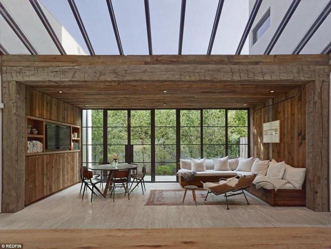 Phòng gia đình ấm áp được bao quanh bởi những bức tường gỗ là nơi mọi người có thể thoải mái trò chuyện, thư giãn cùng nhau.