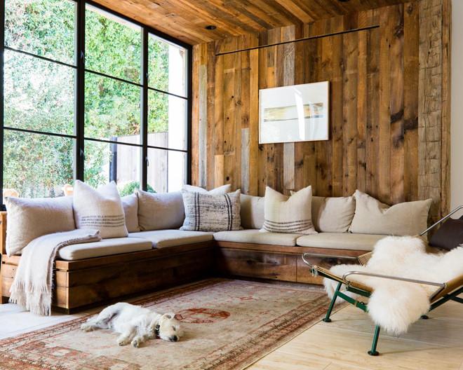 Một khu vực tiếp khách khác trong biệt thự mang màu sắc cổ điển với tấm thảm có những họa tiết tinh xảo cùng đồ nội thất làm từ gỗ thông hơn 100 năm tuổi.