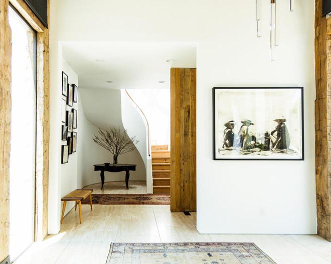 Tiền sảnh được thiết kế nhẹ nhàng, đơn giản và tô điểm bởi một số tác phẩm nghệ thuật. Những dầm gỗ cũng tạo nên điểm nhấn cho phong cách mộc mạc nơi đây.