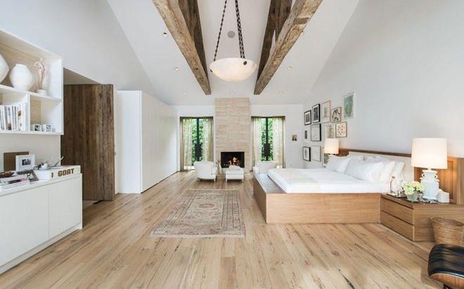 Phòng ngủ chính rộng rãi, ngập tràn ánh sáng tự nhiên, có hẳn một khu vực để tiếp khách và một ban công để ngắm cảnh.
