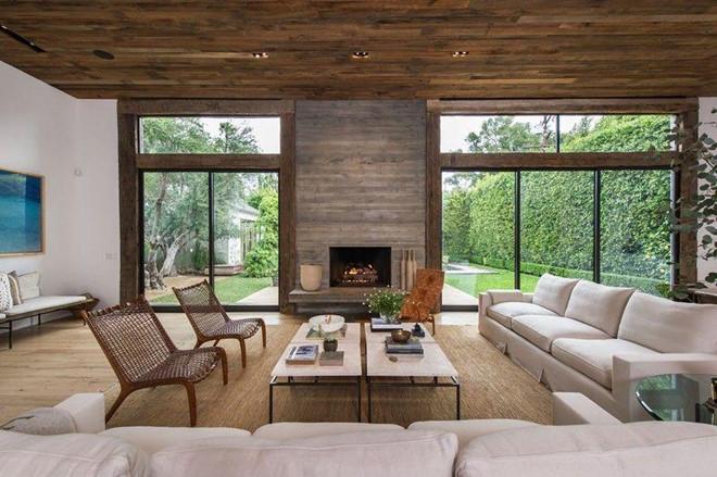 Phòng khách rộng lớn, được kết hợp hài hòa cùng cảnh sắc sân vườn, nhưng cũng không kém phần ấm cúng với trần, sàn nhà bằng gỗ và lò sưởi cỡ lớn.