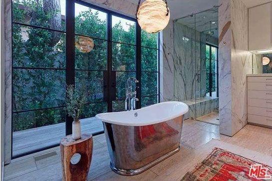 Phòng tắm chính mang vẻ đẹp sang trọng, tinh tế cùng những thiết kế, bài trí độc đáo nhằm đem lại cho gia chủ những trải nghiệm thú vị.