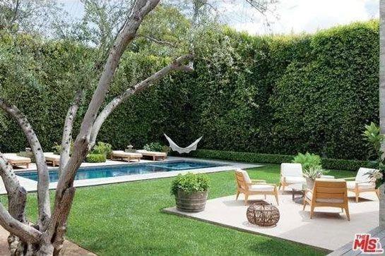 Hồ bơi và bồn tắm nước nóng ngoài trời được bao quanh bởi tường và hàng cây cao nhằm đảm bảo sự yên tĩnh, tính riêng tư.