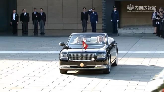 Nhat hoang Naruhito dung Toyota Century mui tran trong le dang quang hinh anh 2