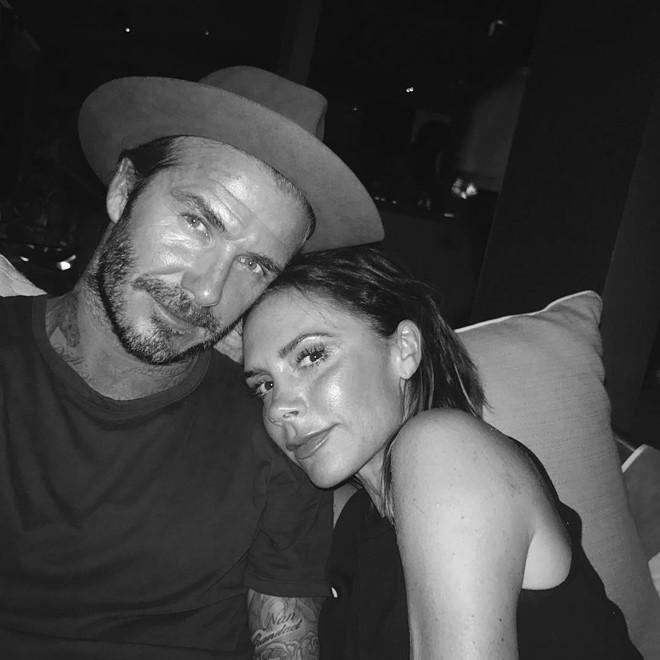 Vo chong David Beckham hon nhau dam duoi tren san nhay hinh anh 5