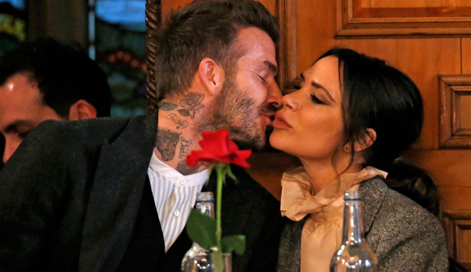 Vo chong David Beckham hon nhau dam duoi tren san nhay hinh anh 4