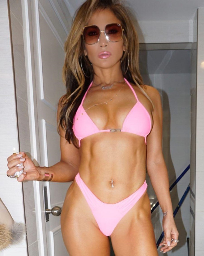 Jennifer Lopez thuong xuyen khoe bung 6 mui o tuoi 50 hinh anh 7