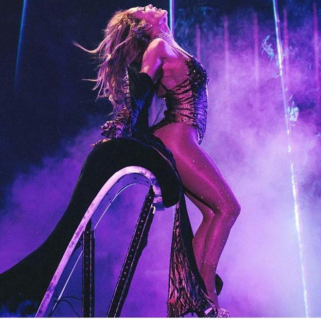 Jennifer Lopez thuong xuyen khoe bung 6 mui o tuoi 50 hinh anh 5