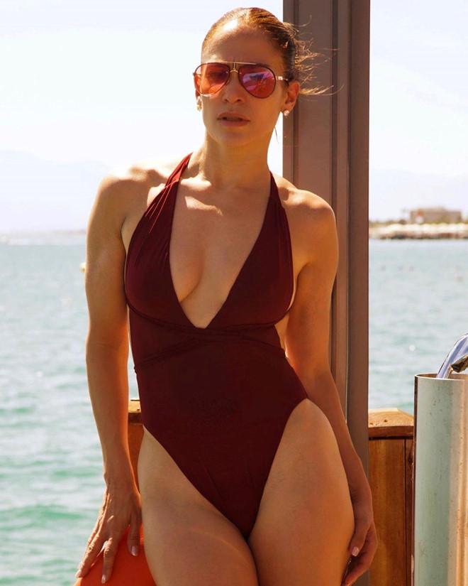 Jennifer Lopez thuong xuyen khoe bung 6 mui o tuoi 50 hinh anh 2