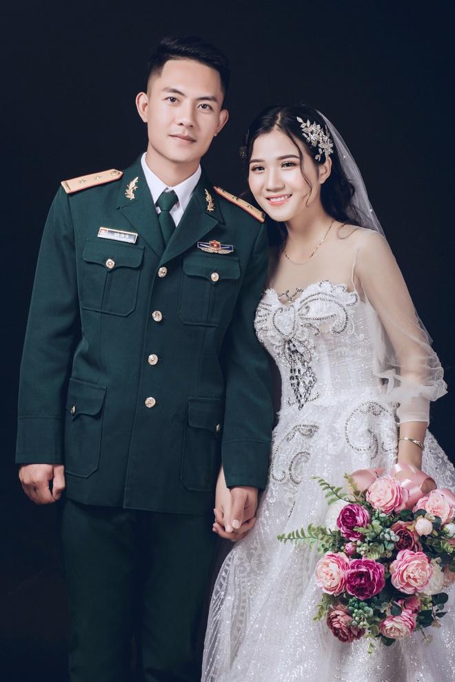 chuyen tinh chang bo doi va co ban cung ban anh 2