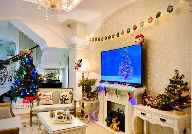 Thuy Hanh trang hoang biet thu don Noel hinh anh 4