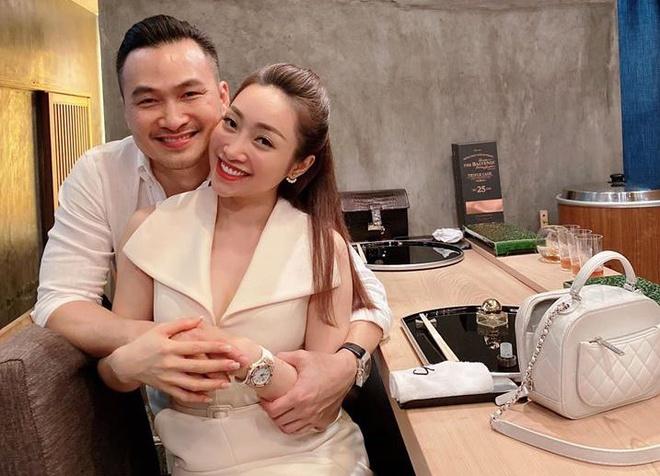 Chi Bao hanh phuc ben ban gai kem 16 tuoi hinh anh 1