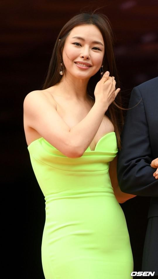 Hoa hau Honey Lee nhieu lan gay tranh cai vi trang phuc qua sexy hinh anh 9