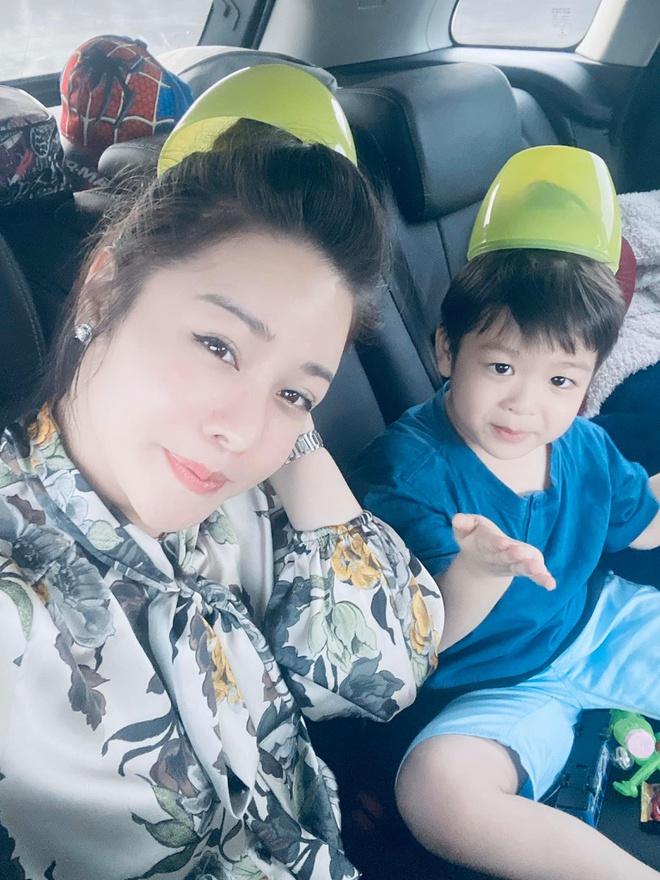 Nhat Kim Anh duoc dua con di choi giua on ao voi chong cu hinh anh 1 82512015_2530399460404088_4831151550103552000_o.jpg