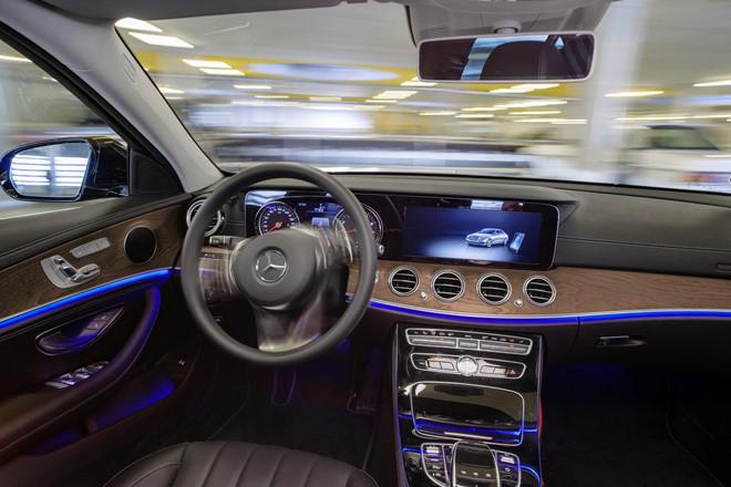 Xe Mercedes-Benz sap tu lai hoan toan trong bai do hinh anh 4
