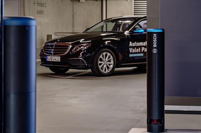 Xe Mercedes-Benz sap tu lai hoan toan trong bai do hinh anh 5