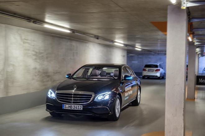 Xe Mercedes-Benz sap tu lai hoan toan trong bai do hinh anh 6