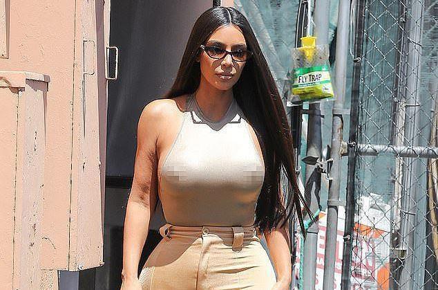 Kim Kardashian gay tranh cai khi khong mac noi y dao pho hinh anh 1