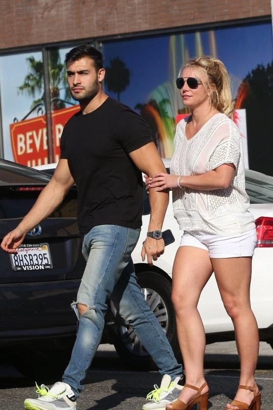 Britney Spears 'tha rong', tinh tu ben ban trai kem 13 tuoi hinh anh 2