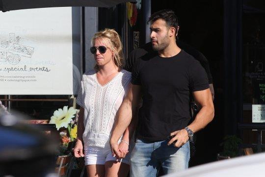 Britney Spears 'tha rong', tinh tu ben ban trai kem 13 tuoi hinh anh 1