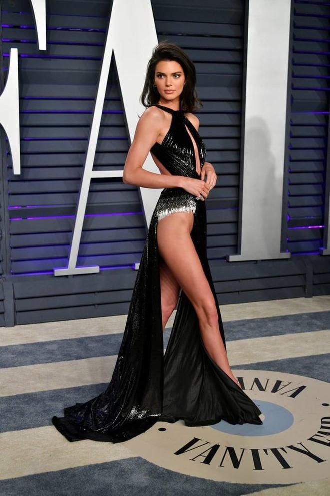 10 bo dam sexy khien Kendall Jenner bi chi trich khoe than hinh anh 3