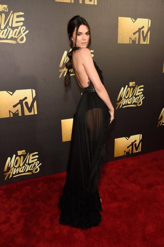 10 bo dam sexy khien Kendall Jenner bi chi trich khoe than hinh anh 10