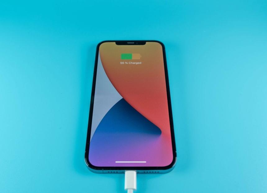 Apple tang dung luong pin iPhone anh 1