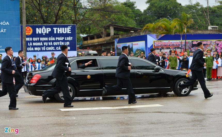 Doan xe cua Chu tich Kim Jong Un roi Dong Dang, huong ve Ha Noi hinh anh 5