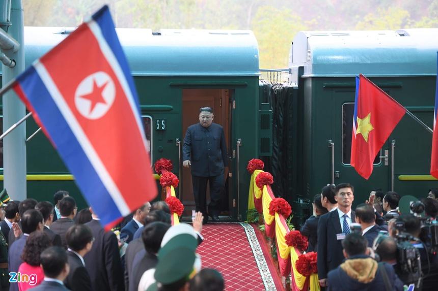 Doan xe cua Chu tich Kim Jong Un roi Dong Dang, huong ve Ha Noi hinh anh 1