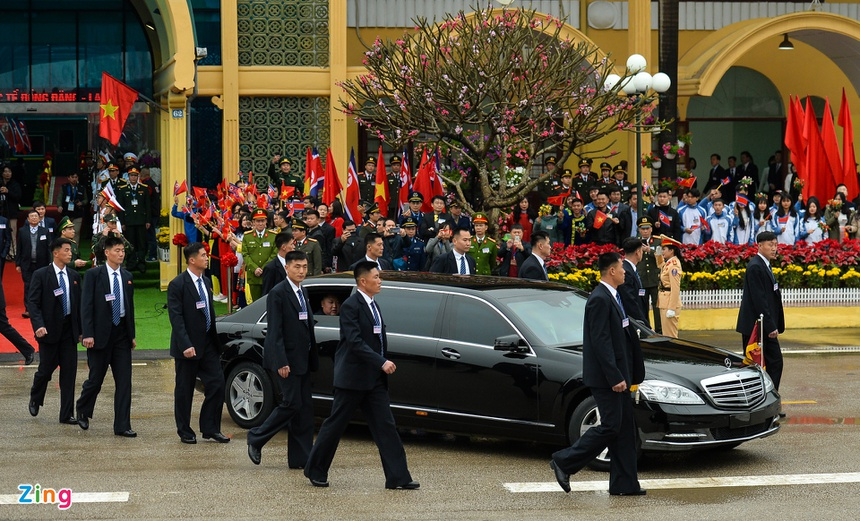 Doan xe cua Chu tich Kim Jong Un roi Dong Dang, huong ve Ha Noi hinh anh 4